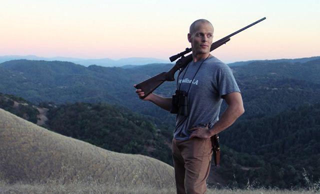 Тимоти Феррис со снайперской винтовкой