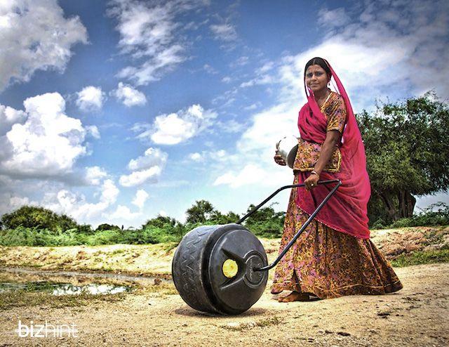 indianka-s-vodnum-kolesom-cisternoy