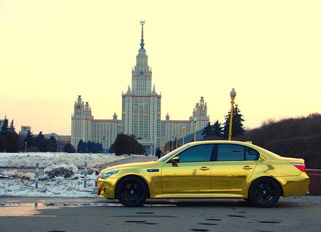Золотой BMW5 на фоне МГУ