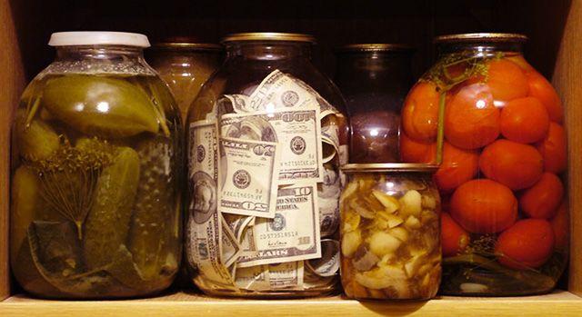 Деньги в банке среди консервации