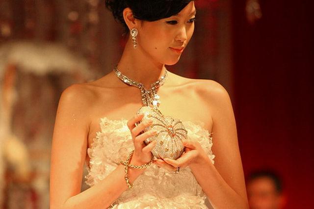 Девушка с самой дорогой сумочкой в мире