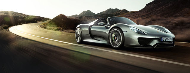 Porsche 918 Spyder на дороге в движении
