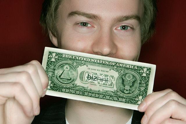 Алекса Тью с долларовой купюрой