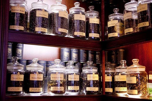 Чай в банках на полках магазина