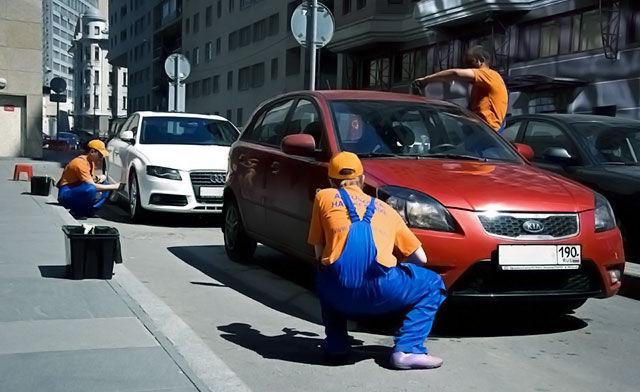 Сухая мойка авто на парковке в городе
