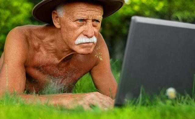 дед с усами в ковбойской шляпе за ноутом