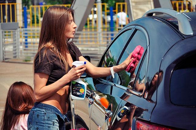 две девчули моют авто методом сухой мойки
