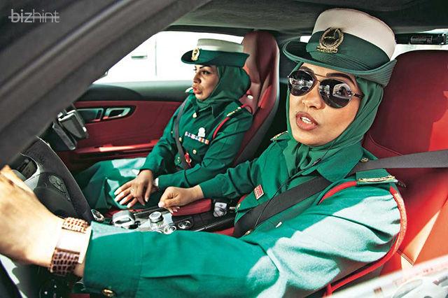 Женщины-полицейские в Дубае в суперкаре
