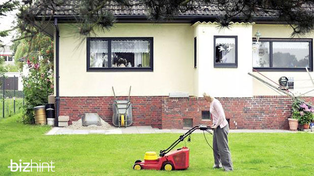 Хайдемари Швермер стрижет газон
