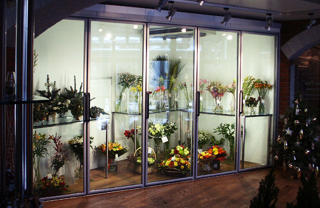 Витрина-холодильник с цветами