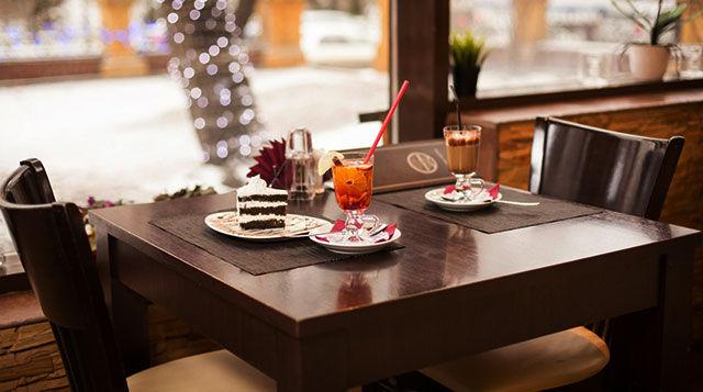 Столик у окна в кофейне