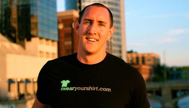 C'lkth в футболке с надписью IWearYourShirt