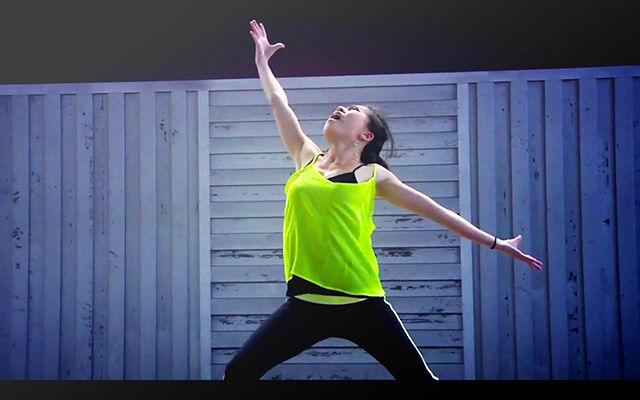 Карен Ченг танцует