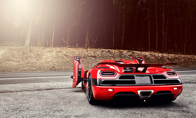 Красная Koenigsegg Agera R сзади