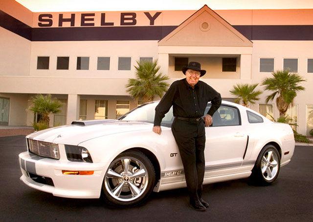 Ли Якокка возле белого Ford Mustang