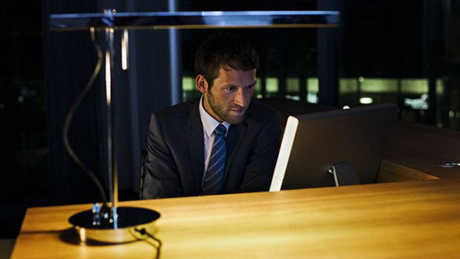 Работает ночью в офисе