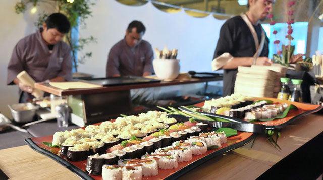 Сушисти делают суши в суши-баре