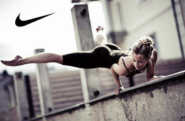Спортивная девушка и лого Nike