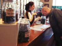 Покупатель в чайном магазине