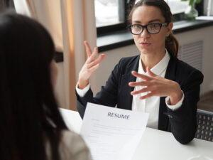 Работодатель читает резюме соискателя на работу